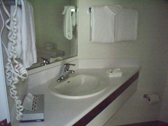 Motel 6 Peterborough: Bathroom