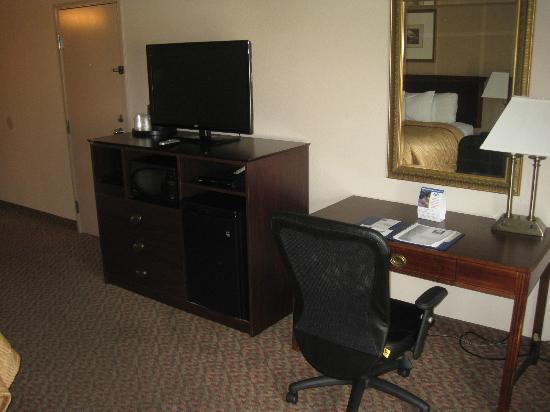 Rodeway Inn & Suites West Knoxville: Fridge, TV and Microwave