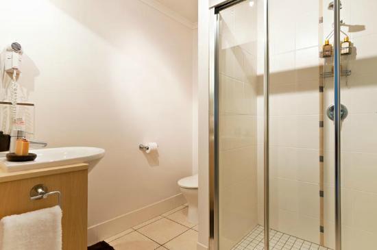 เคนส์ซิตี้อพาร์ตเมนท์คลาเรนดอนแอนด์รีเจนซี่ออนสเปซ: Bathroom