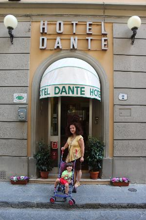 Hotel Il Poeta Dante: The small entrece to a cute Hotel