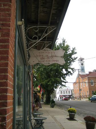 Montague's Bed and Breakfast, BBQ and Philosopher's Coffeehouse: front of building with the BBQ entrance