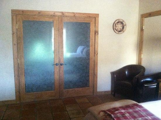 The Maverick Inn: Glass doors to bathroom etched with leaves