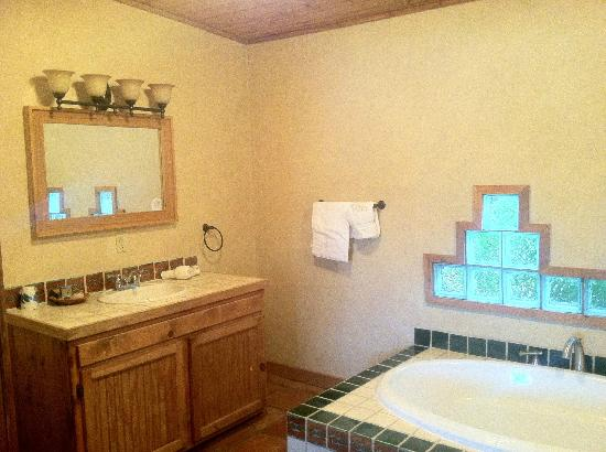 The Maverick Inn: Bathroom
