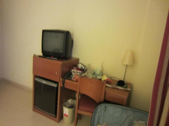 Hotel Playas de Torrevieja: The TV - old fashioned eh ?