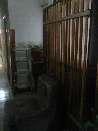 Damar Hotel: desorden en el pasillo