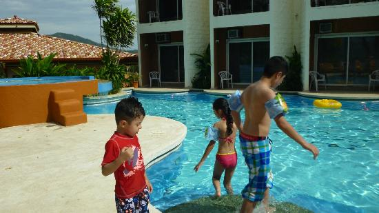 Paradise Flamingo Beach: my children playing in the pool