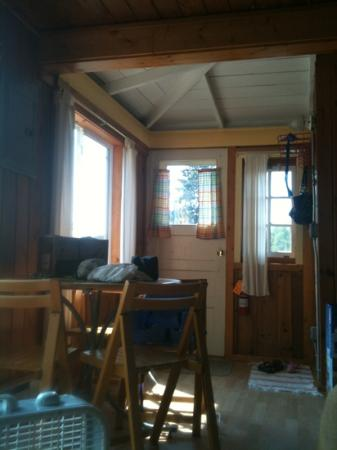 Lady Bug Lodge : entry to cabin and the table