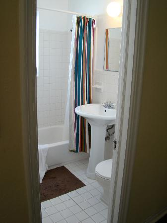 850 Jefferson: Apartment Bathroom