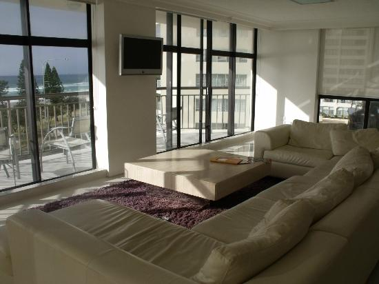 Hi Surf Beachfront Resort Apartments: Lounge 5A