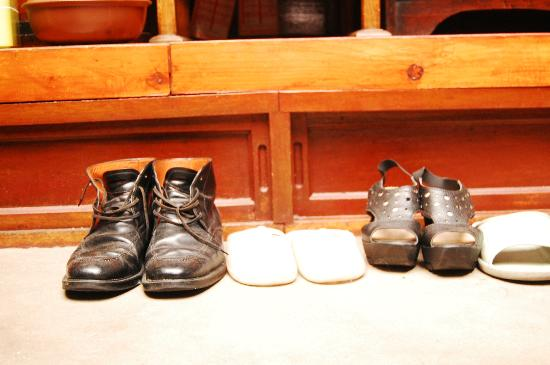 MaMa Hanok Guesthouse (Changdeok Palace): shoes belong to guests(?)