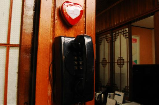 MaMa Hanok Guesthouse (Changdeok Palace): old phone - I tried, it works!