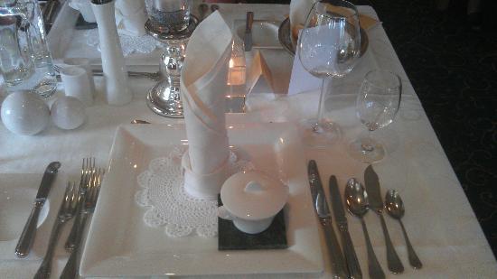 Hotel 3 Sonnen: So edel war unser Tisch täglich gedeckt. Es gab aber täglich eine andere Tischdekoration.