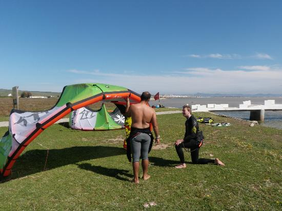 Kite Progress Tarifa : Marco explaining the kite