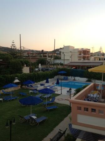 Hotel Apelia: Garden and pool