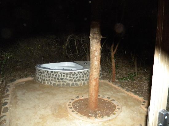 Leopard Walk Lodge: outside Jacuzzi