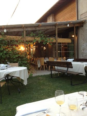 Volta Mantovana, Italien: Tavoli in veranda e in giardino