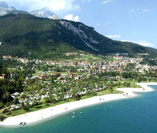 Panorama foto di camping spiaggia lago di molveno for Lago con spiaggia vicino a milano