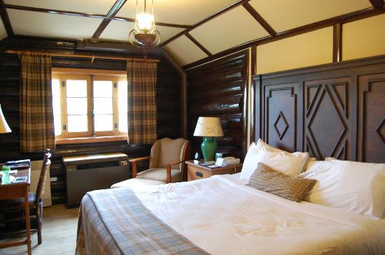 Fairmont Le Chateau Montebello: Room.