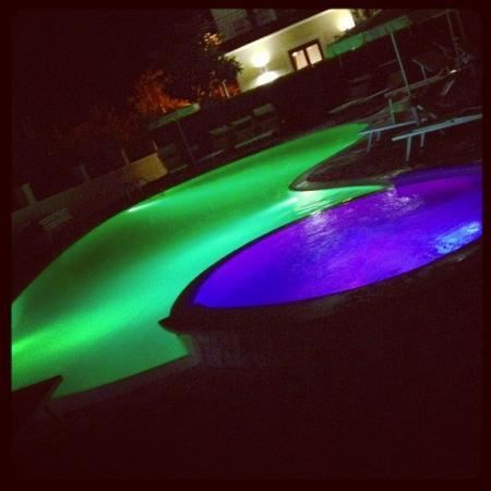 Selenite: iacuzzi e piscina di notte illuminate