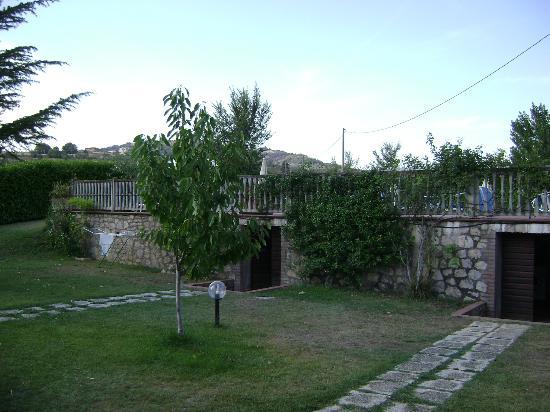 Casa Vacanze Vecchio Granaio: Vista della piscina dal giardino sottostante