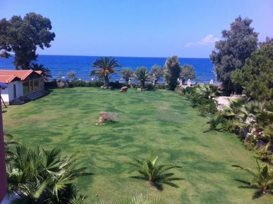 Irida Resort : Hotel yard