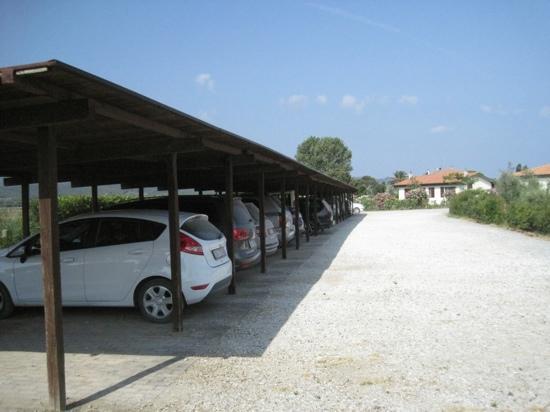 Agriturismo Gli Etruschi: il parcheggio coperto....