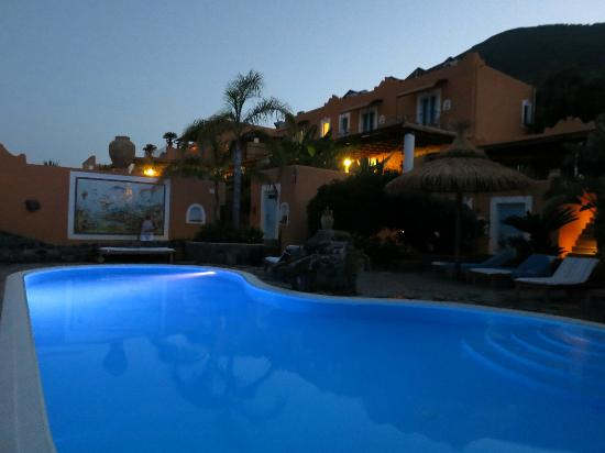 Hotel Mamma Santina: The pool at night