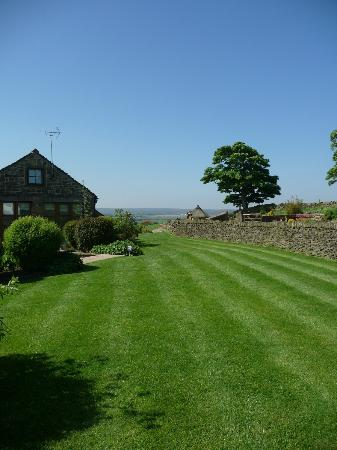 Smallshaw Farm Cottages: Gardens and beautiful view
