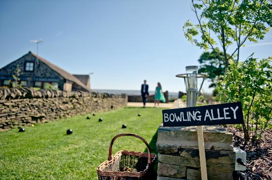 Smallshaw Farm Cottages: Bowling in the gardens