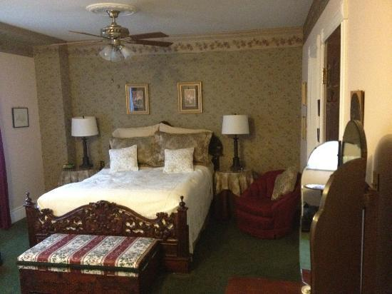 Green Woods Inn: Comfortable Rooms with Antique Furnishings