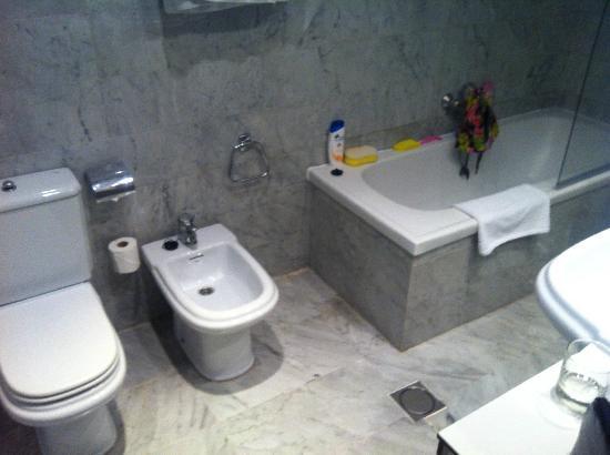Onix Fira Hotel: Badezimmer
