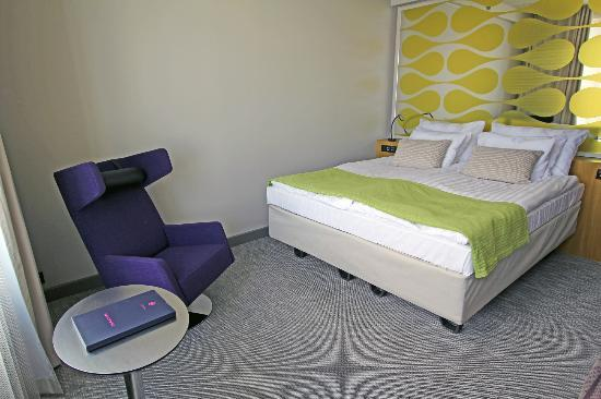 Solo Sokos Hotel Paviljonki: Armchair with a little table and bed