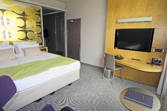 Solo Sokos Hotel Paviljonki: Bed, desk table with chair and flat-screen tv