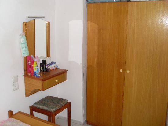 Oren Apart Hotel: Wardrobe space