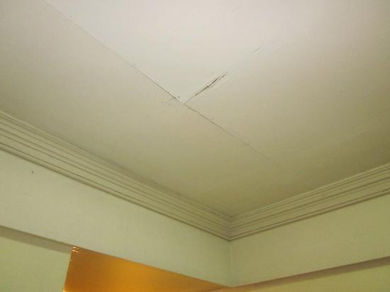 The Residence Hotel: Cracks on the ceiling