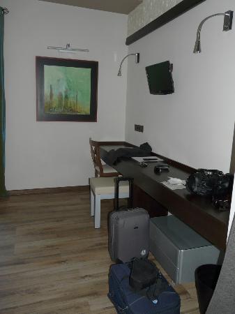 Hotel Villa de Setenil: Escritorio y tele