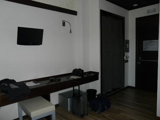 Hotel Villa de Setenil: Escritorio, tele y armario