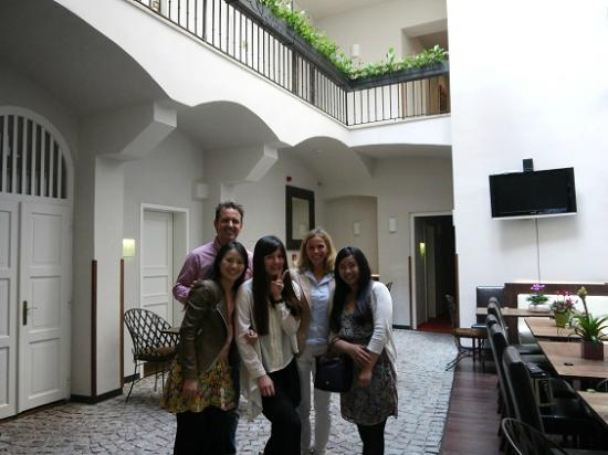 Hotel Residence Agnes: pic with kind staffs in dining