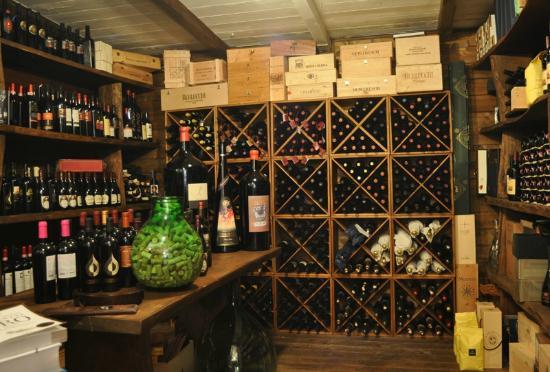 La Vecchia Fornace: All'interno del ristorante vi è l'enoteca con un'ottima scelta di vini Abruzzesi ed Internaziona
