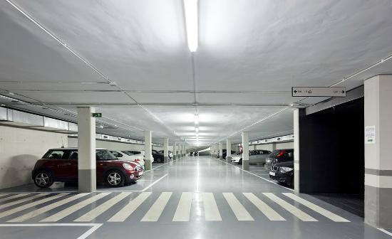 Residencia Universitaria Sarria: Párquing cubierto