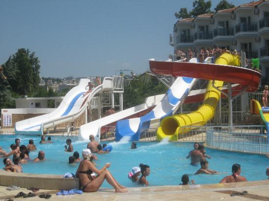 Atlantique Holiday Club: piscine avec toboggan et bar au milieu