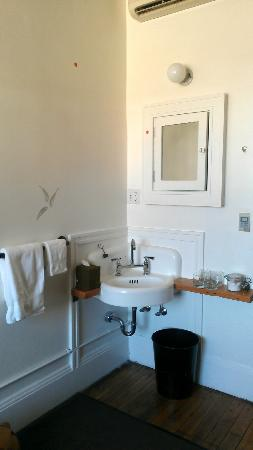 Ace Hotel Portland: Sink area in a double front private room