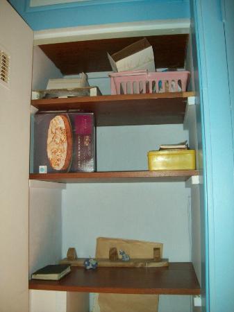 Hotel Ideal : Cianfrusaglie in un'anta dell'armadio
