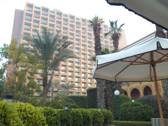โรงแรมไคโรมาริออทแอนด์โอมาร์เคย์ยามคาสิโน: área de la pileta climatizada