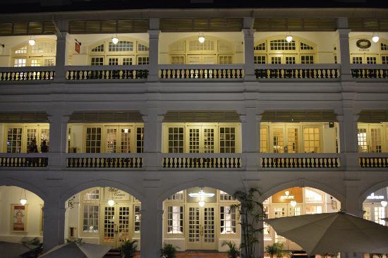 Raffles Hotel Singapore: ショッピングアーケード夜景