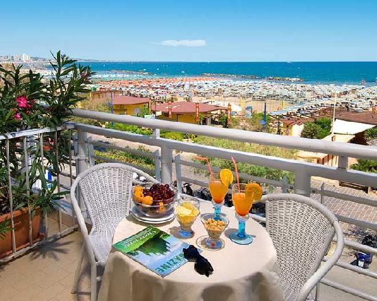 Hotel Lungomare : vista dai balconi