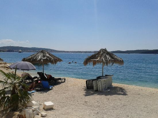 Hotel Jadran: Пляж в сторону Медены