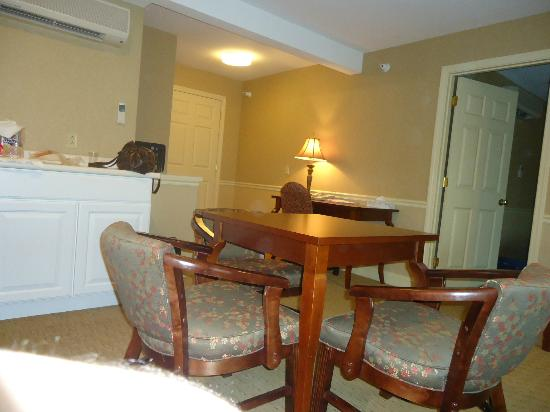 Golden Gables Inn: Dining area in the King Suite