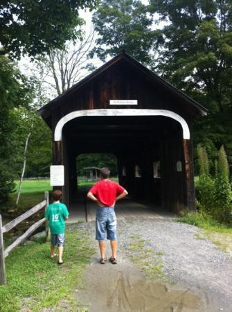 Grafton Inn: Covered bridge at Grafton Ponds Rec Area