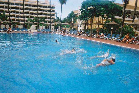 Blue Sea Puerto Resort: The large outdoor pool